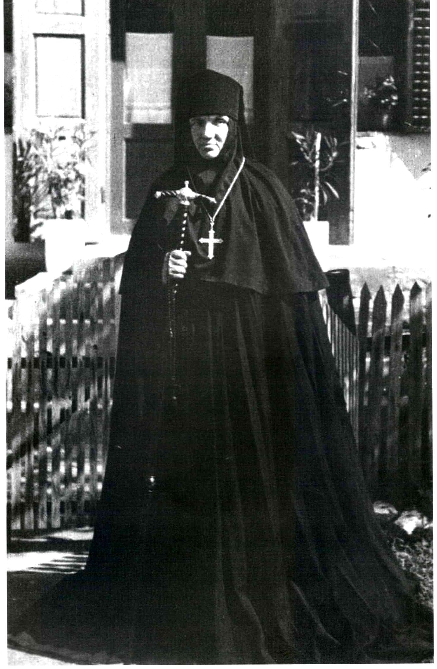 Shi-igumanija-Jefimija-ispred-Hdzikinog-konaka-u-Manastiru-Sv-Petka